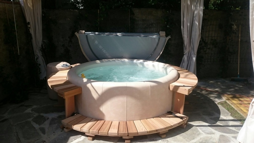 Softub hot tub with thermal folding cover